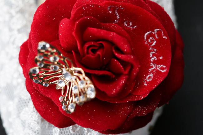 赤バラの花びらに名入れ