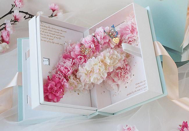 桜を使用した本型のアレンジメント