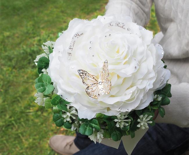 白いバラのクローバーリングブーケ