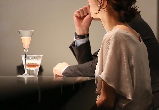 バーでカクテルを楽しむ様子