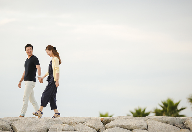 海辺を散歩するカップル