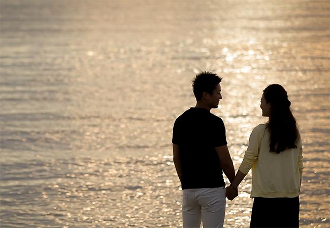 海辺で夕陽を眺めながらプロポーズ