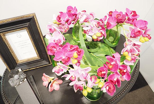ハート型に並べられたピンクの胡蝶蘭