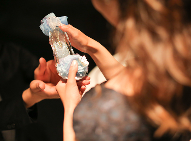 シンデレラのガラスの靴でプロポーズ