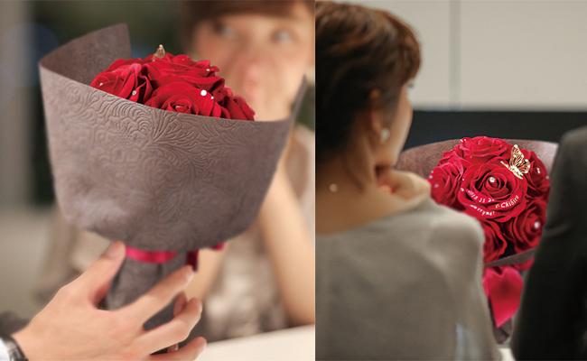 女性が花束をもらって驚く様子