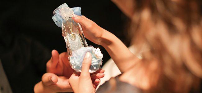 ガラスの靴を手に取った女性