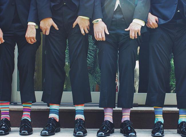 お洒落な靴下をはく男性