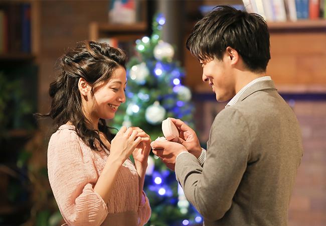 クリスマスツリー前でのプロポーズ