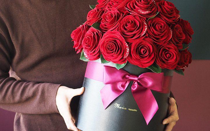 枯れないバラの花束を持つ男性