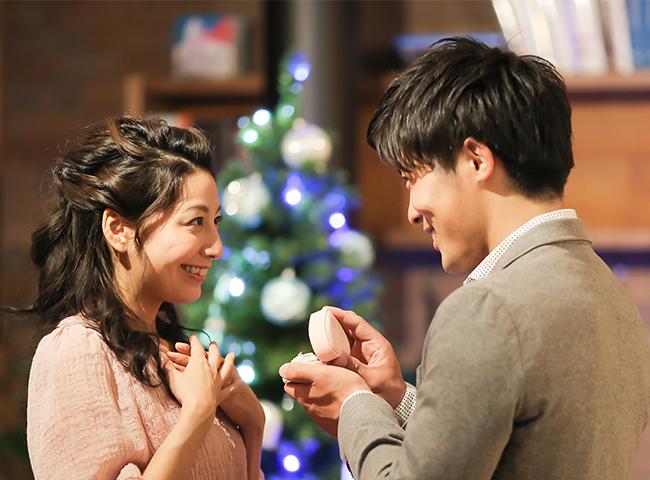 クリスマスツリーの前でプロポーズ