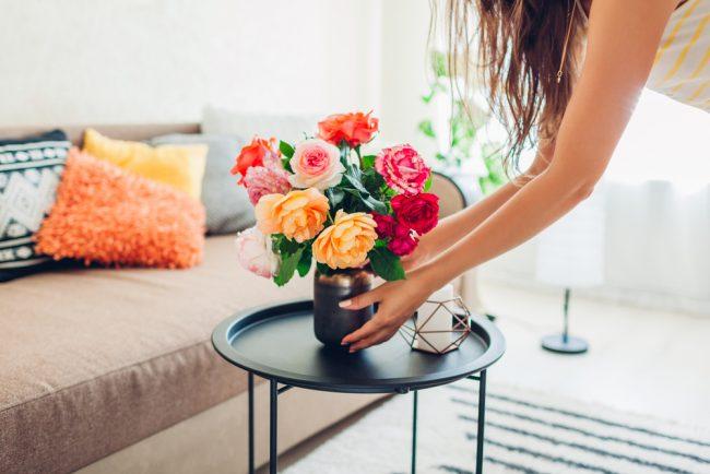 花瓶を飾る女性