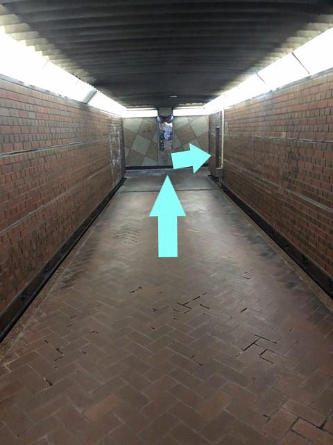 地下道右へ