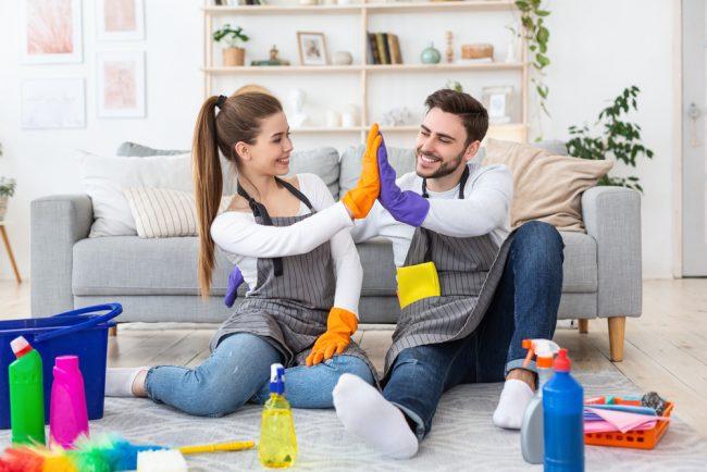 一緒に掃除するカップル